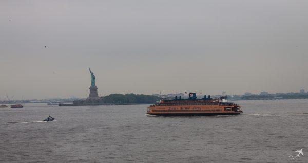 Mit der Staten Island Ferry an der Freiheitsstatur vorbei