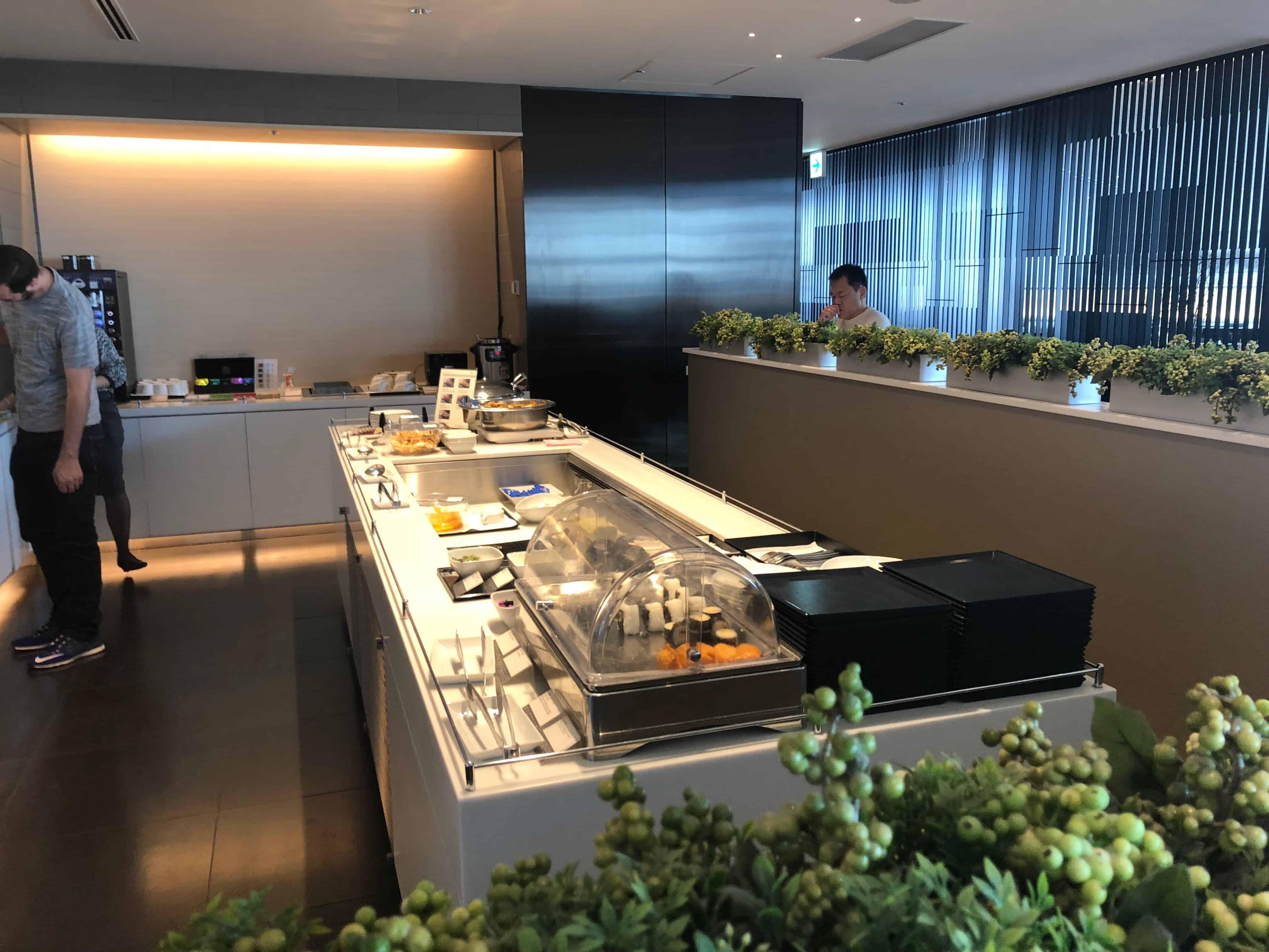 ANA Economy Bewertung Lounge kaltes Buffet