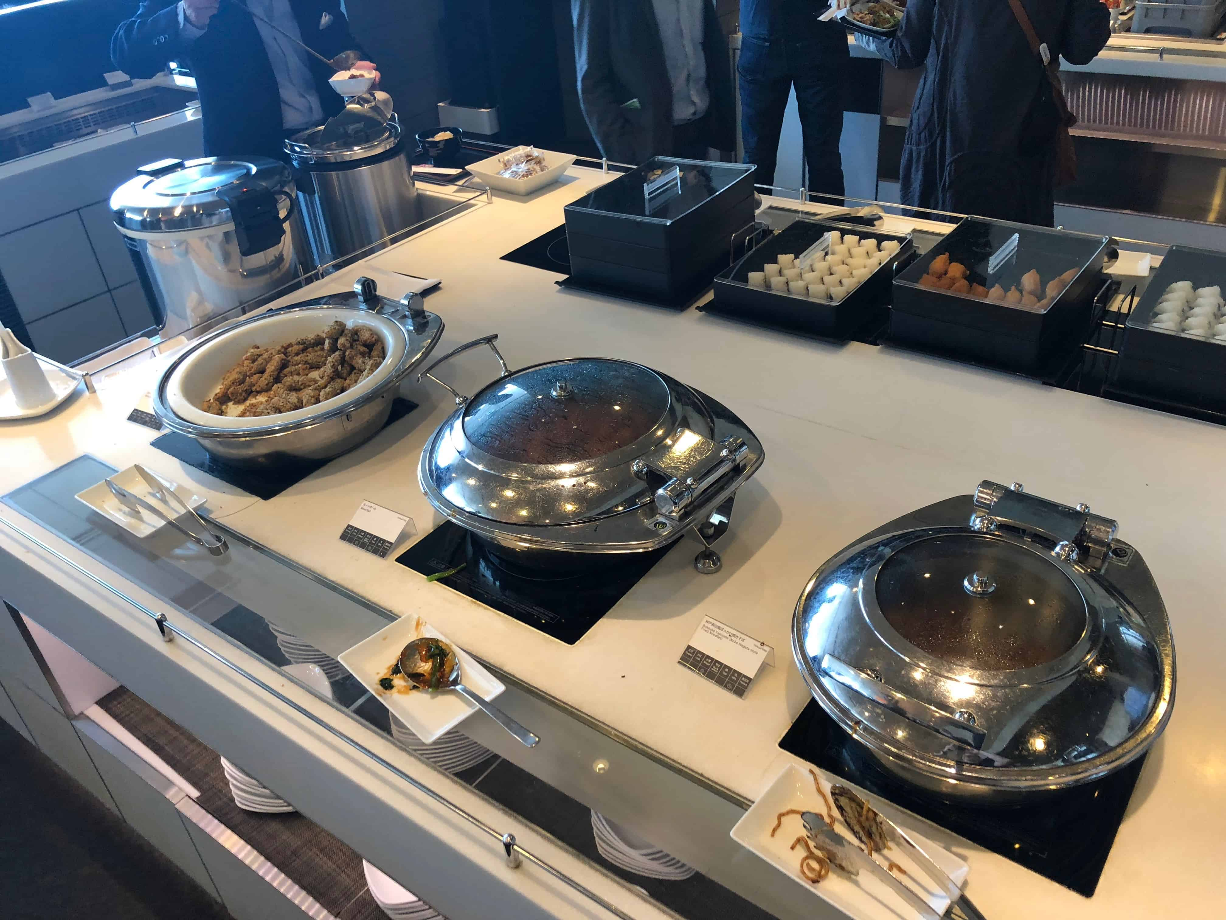 ANA Economy Bewertung Lounge warmes Buffet