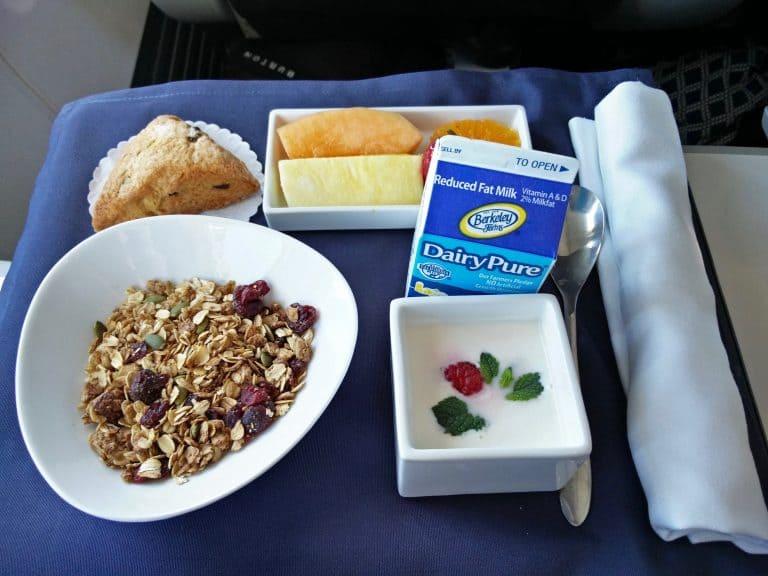 Frühstück mit Müsli, Joghurt und Früchten