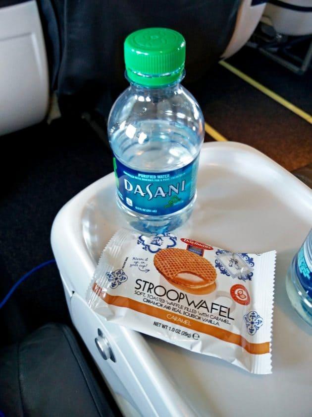 Kleine Flasche Wasser mit Stroopwaffeln