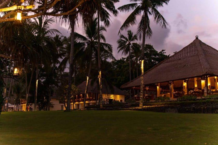Alila Manggis Hotel Bali Anlage Abends 2