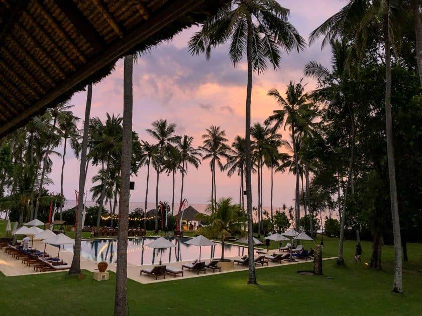 Alila Manggis Hotel Bali Anlage Abends
