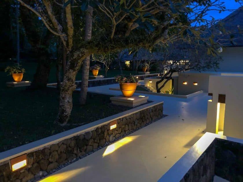 Alila Manggis Hotel Bali Anlage Nacht
