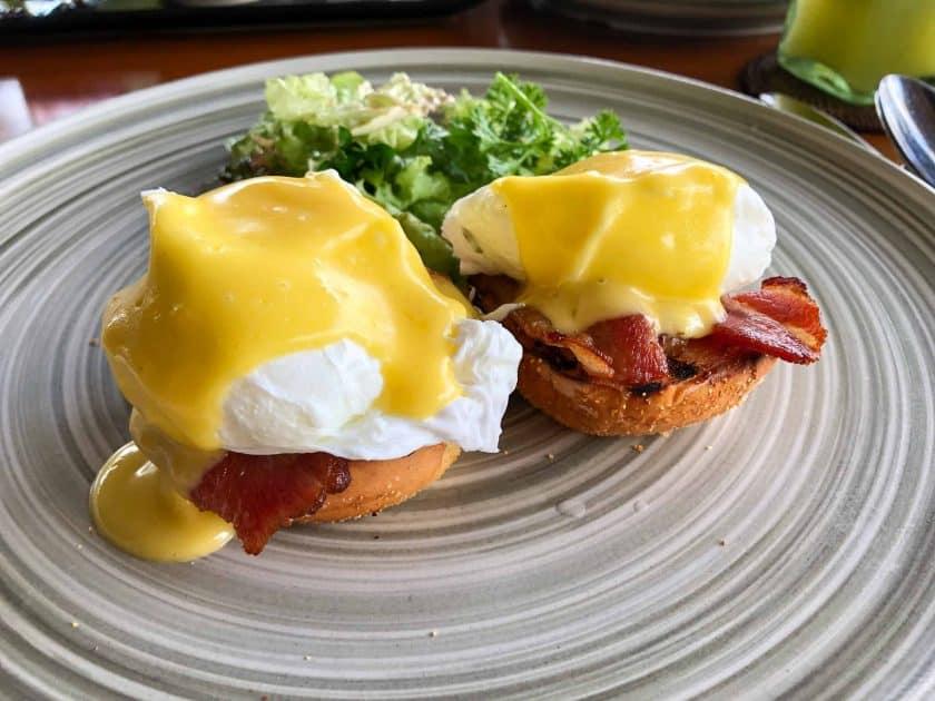 Alila Manggis Hotel Bali Fruehstueh Eggs Benedict