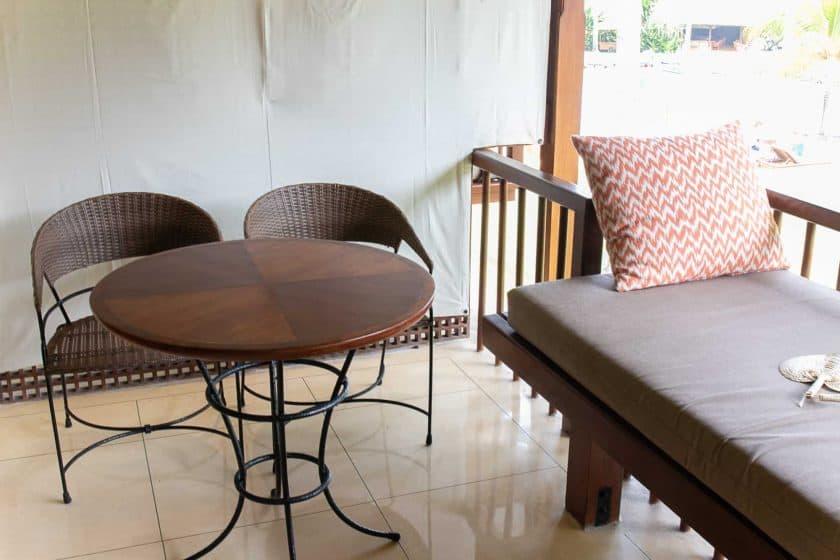 Alila Manggis Hotel Bali Zimmer Balkontisch
