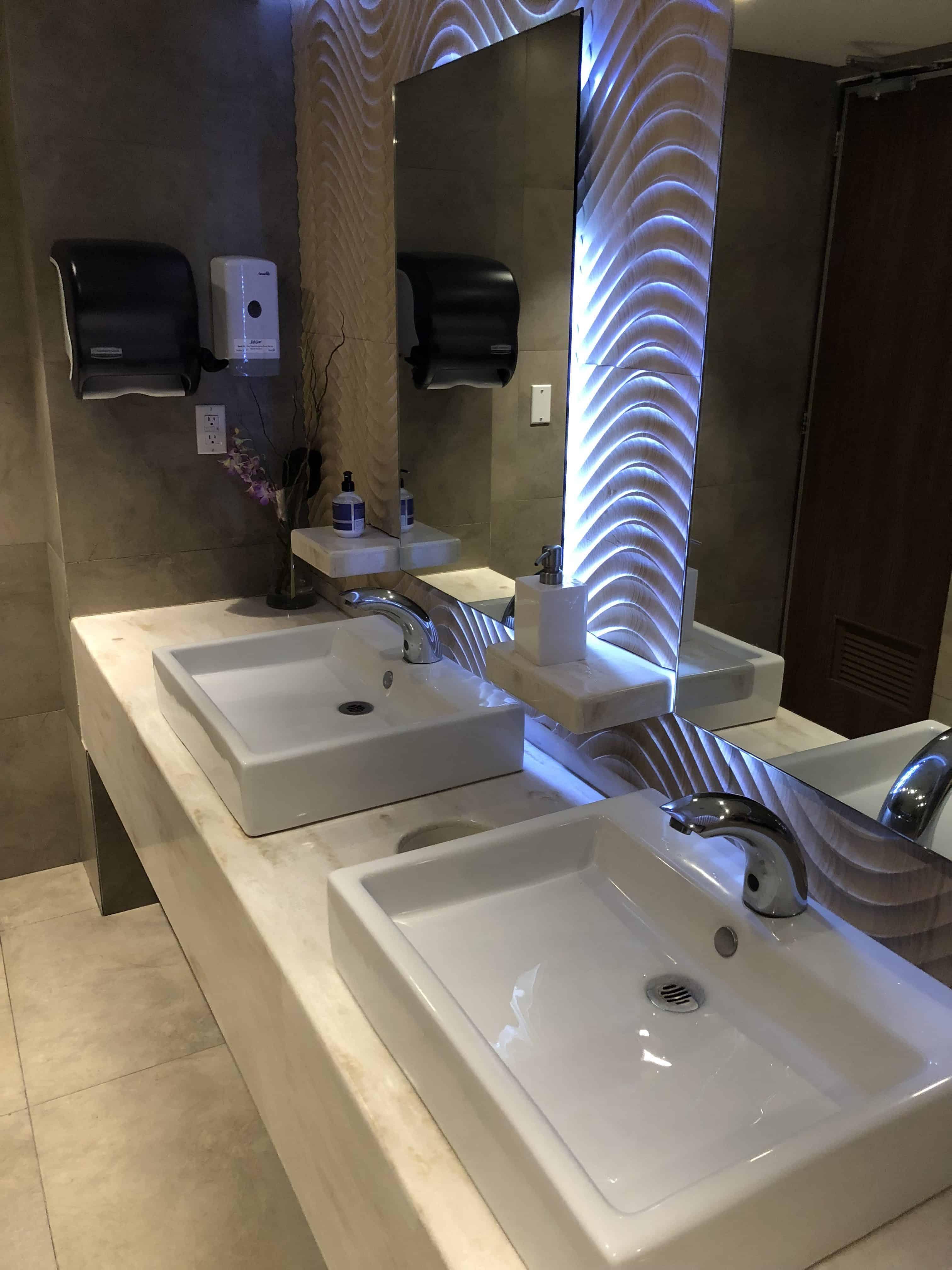 Amex Lounge MEX WC