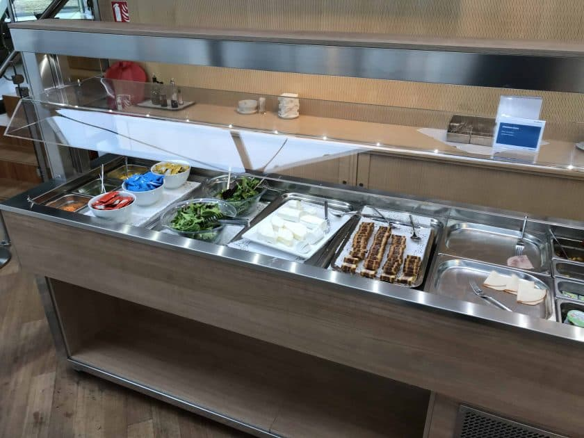 Bewertung Basel EuroAirport Skyview Lounge Food Salat Buffet