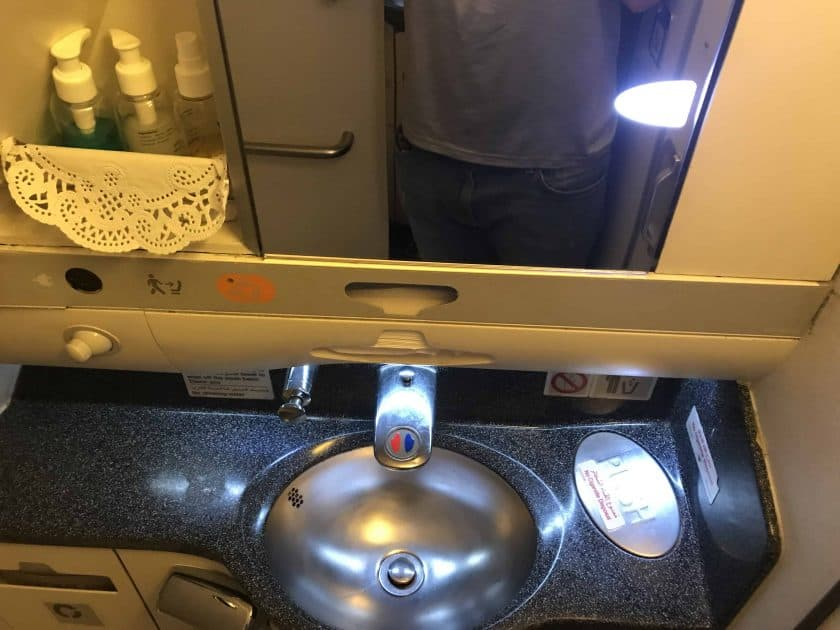 Bewertung EgyptAir Business Class A330 BKK CAI Toilette 2