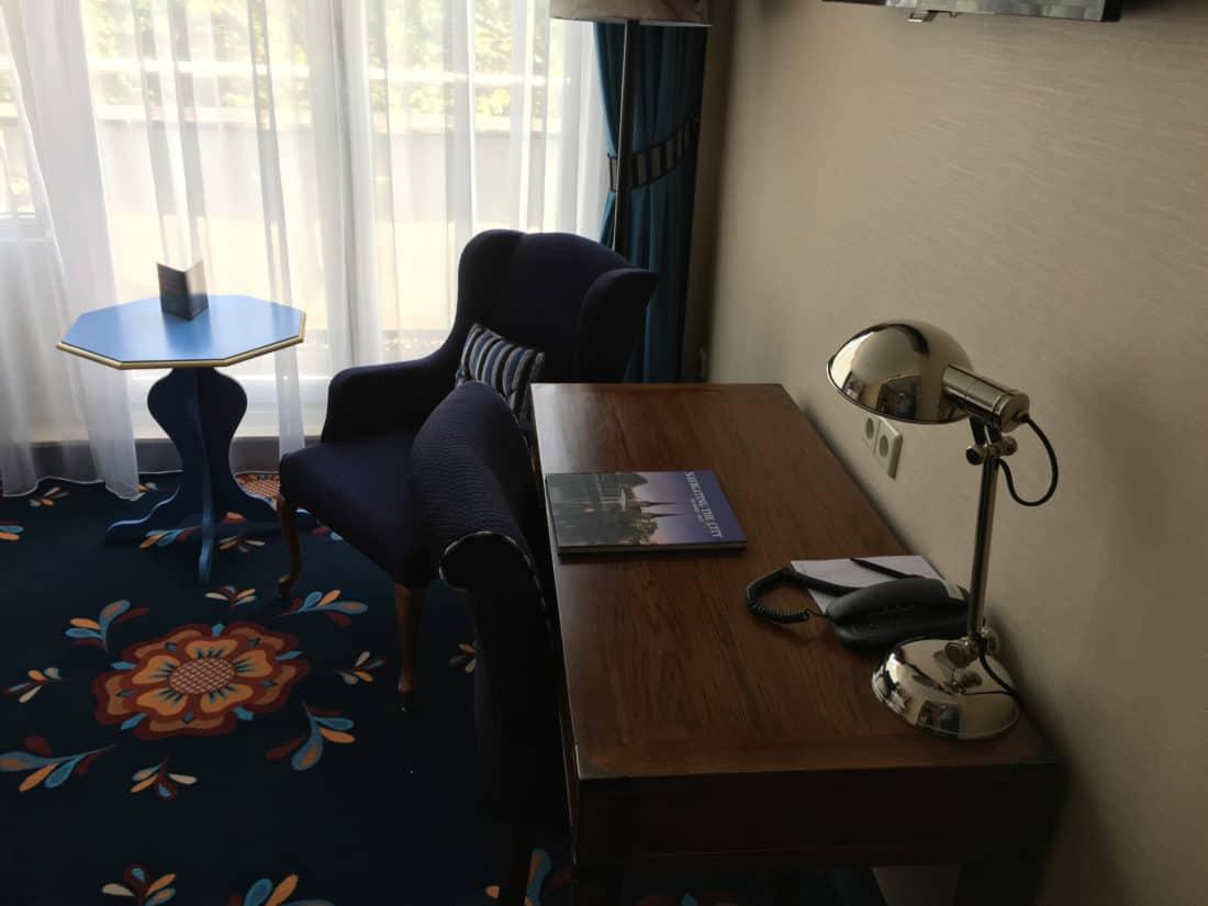 Carlton Ambassador Boutique Hotel Classic Zimmer Schreibtisch