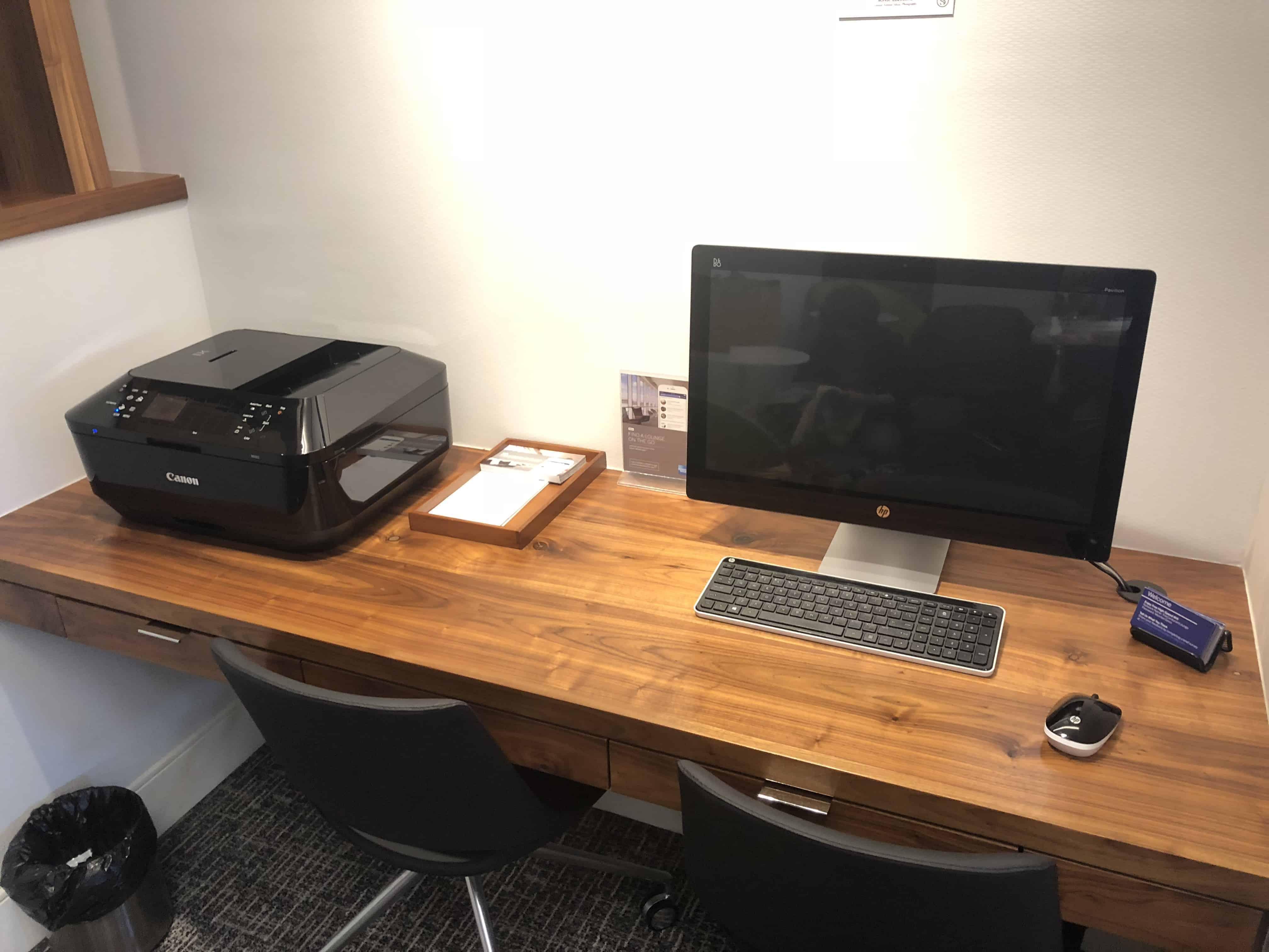 Centurion Lounge IAH Computerarbeitsplatz