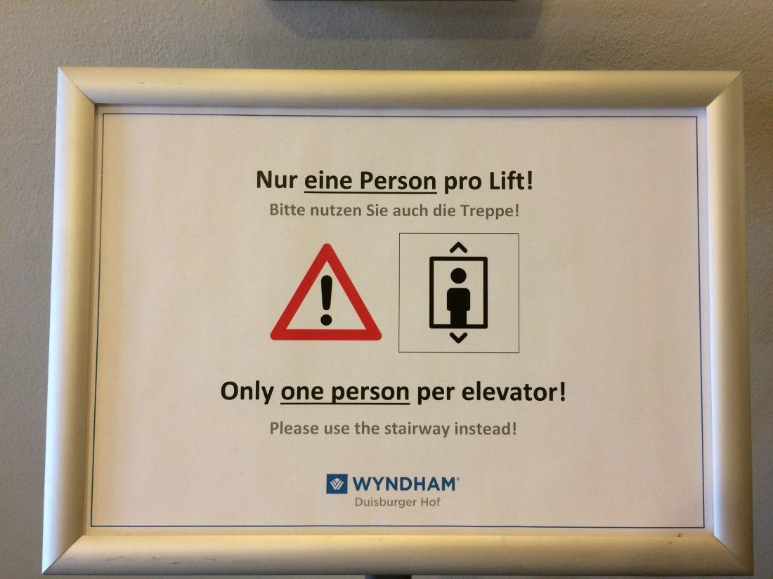 Corona Hotel Fahrstuhl Warnung