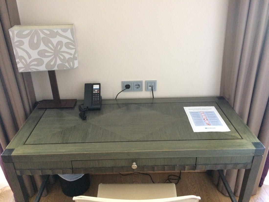 Corona Zimmer Schreibtisch