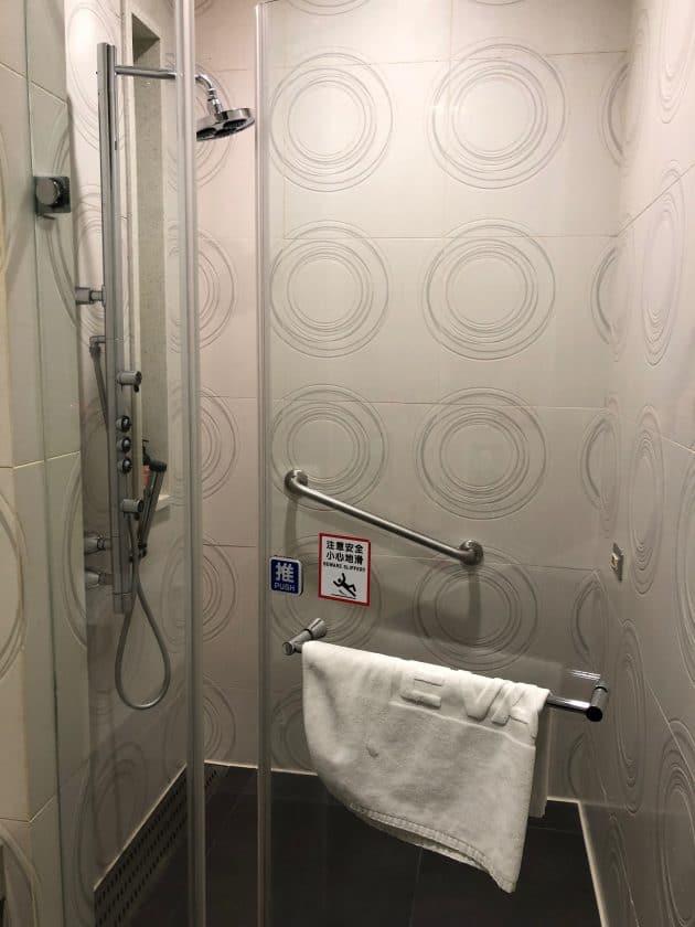 EVA Air Bewertung Lounge Dusche 3