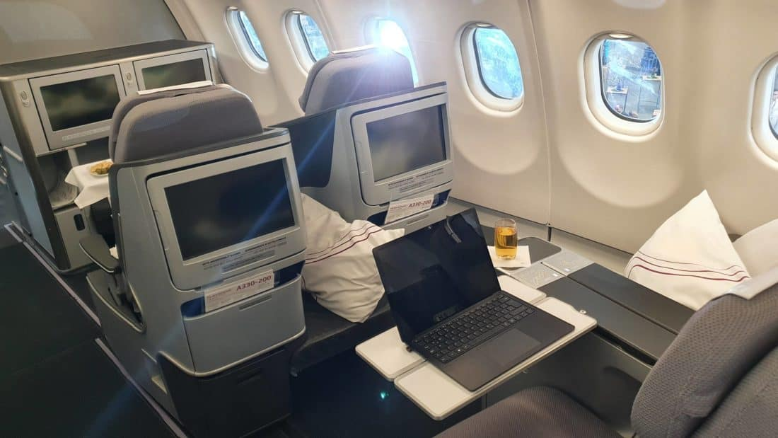 Eurowings Discover Business mit Tisch
