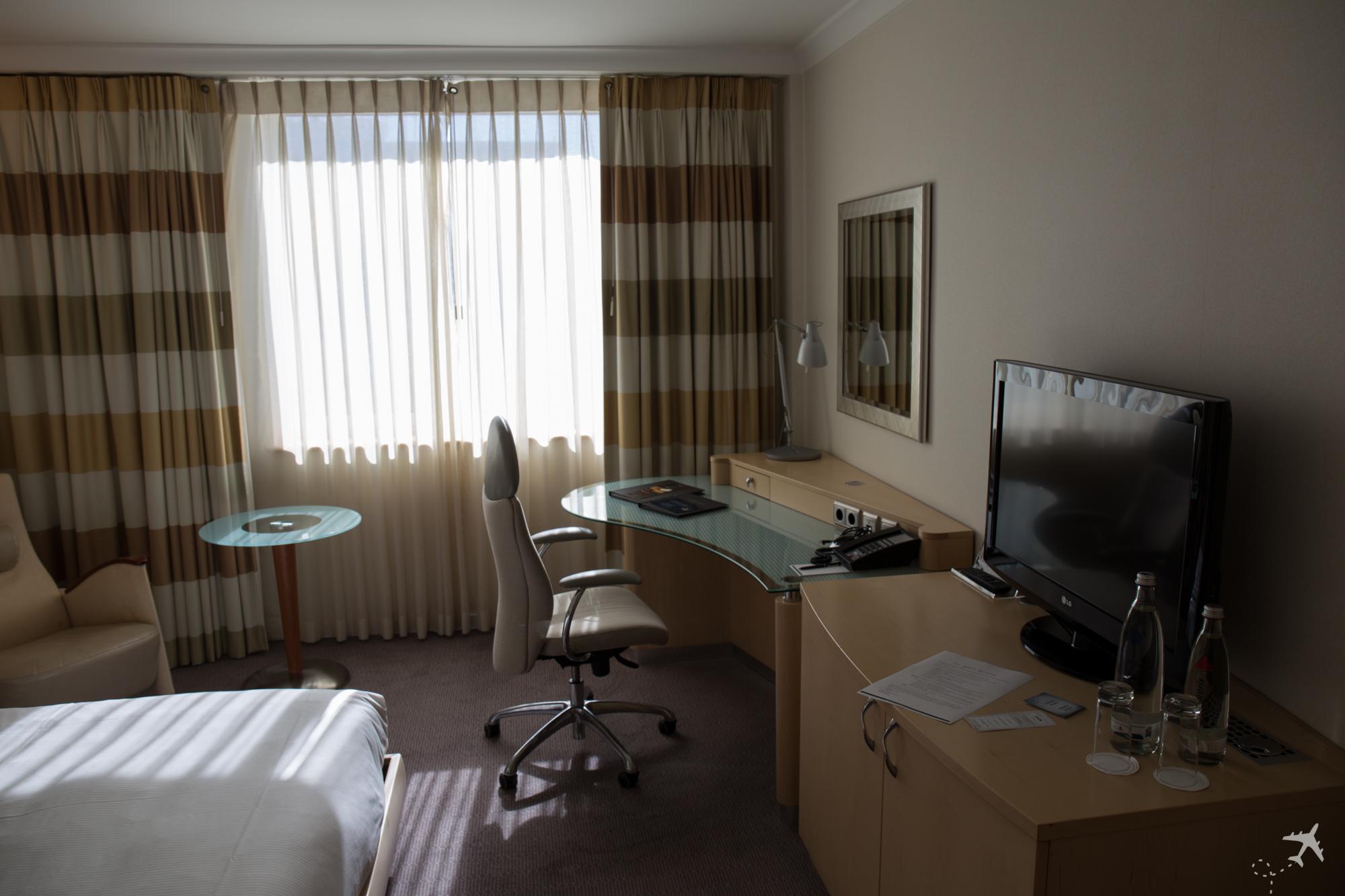 Hilton Düsseldorf Zimmer Schreibtisch