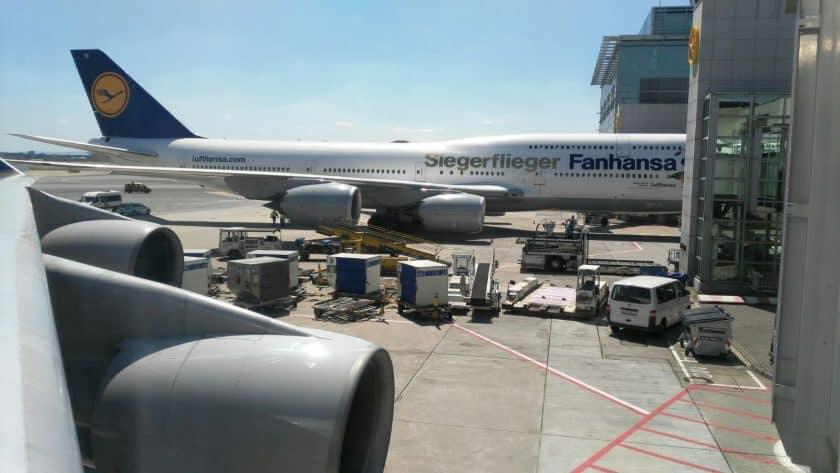 Prominente Gesellschaft am Flughafen Frankfurt - der LH Siegerflieger D-ABYI