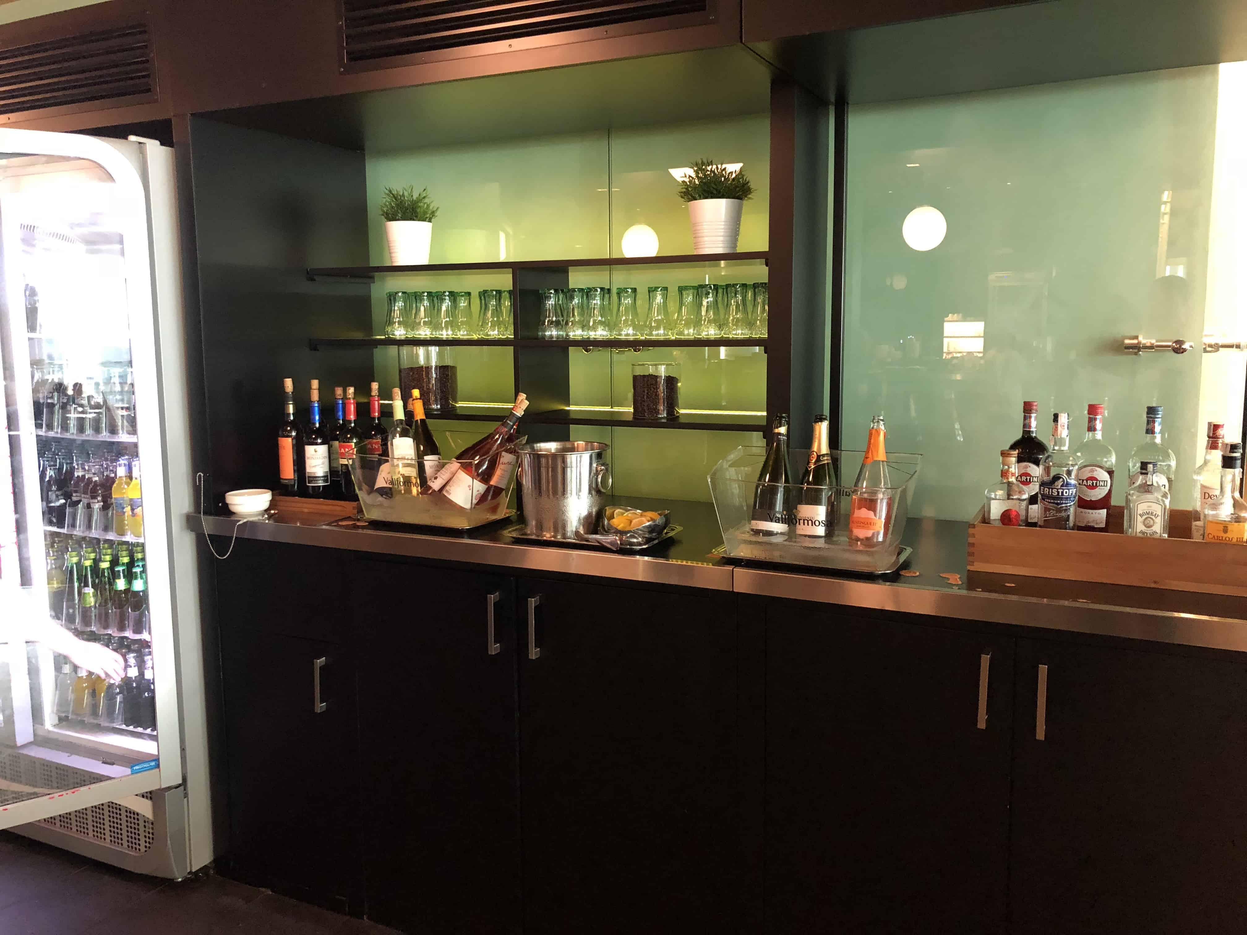 Die Getränkeauswahl in der Miro Lounge am Flughafen Barcelona El-Prat.