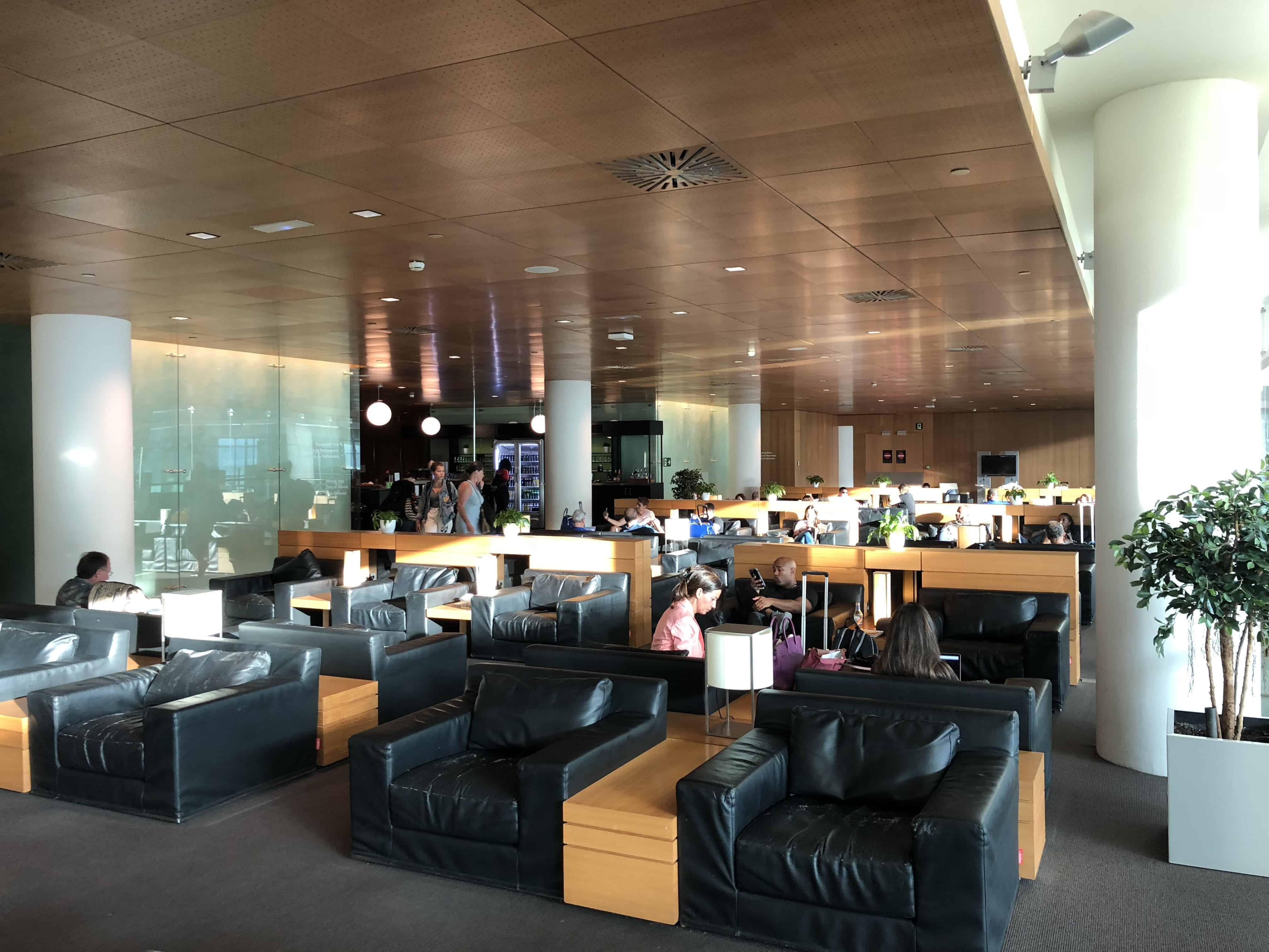 Sitzgelegenheiten in der Miro Lounge am Flughafen Barcelona El-Prat.