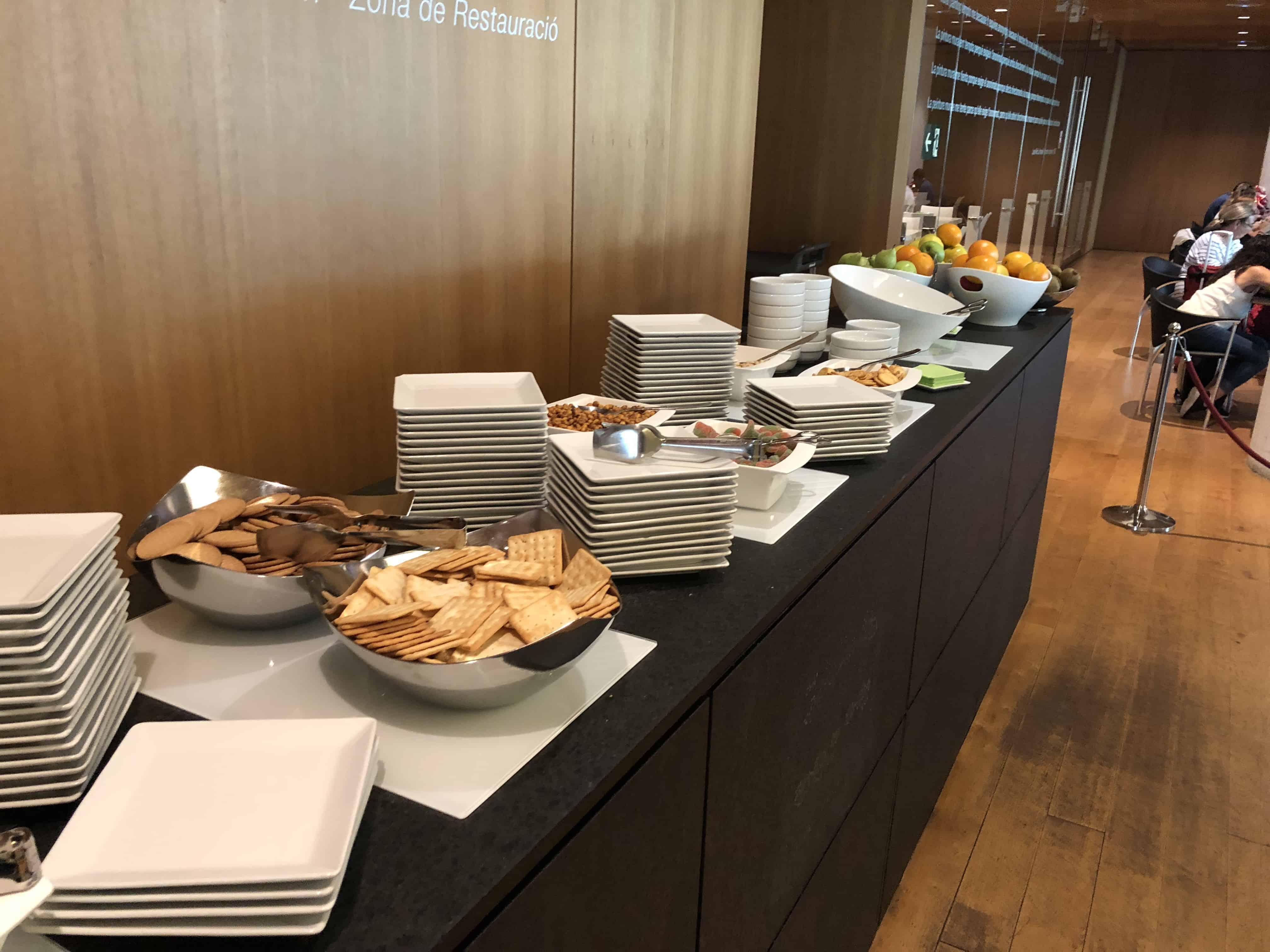 Das Buffet in der Miro Lounge am Flughafen Barcelona El-Prat.
