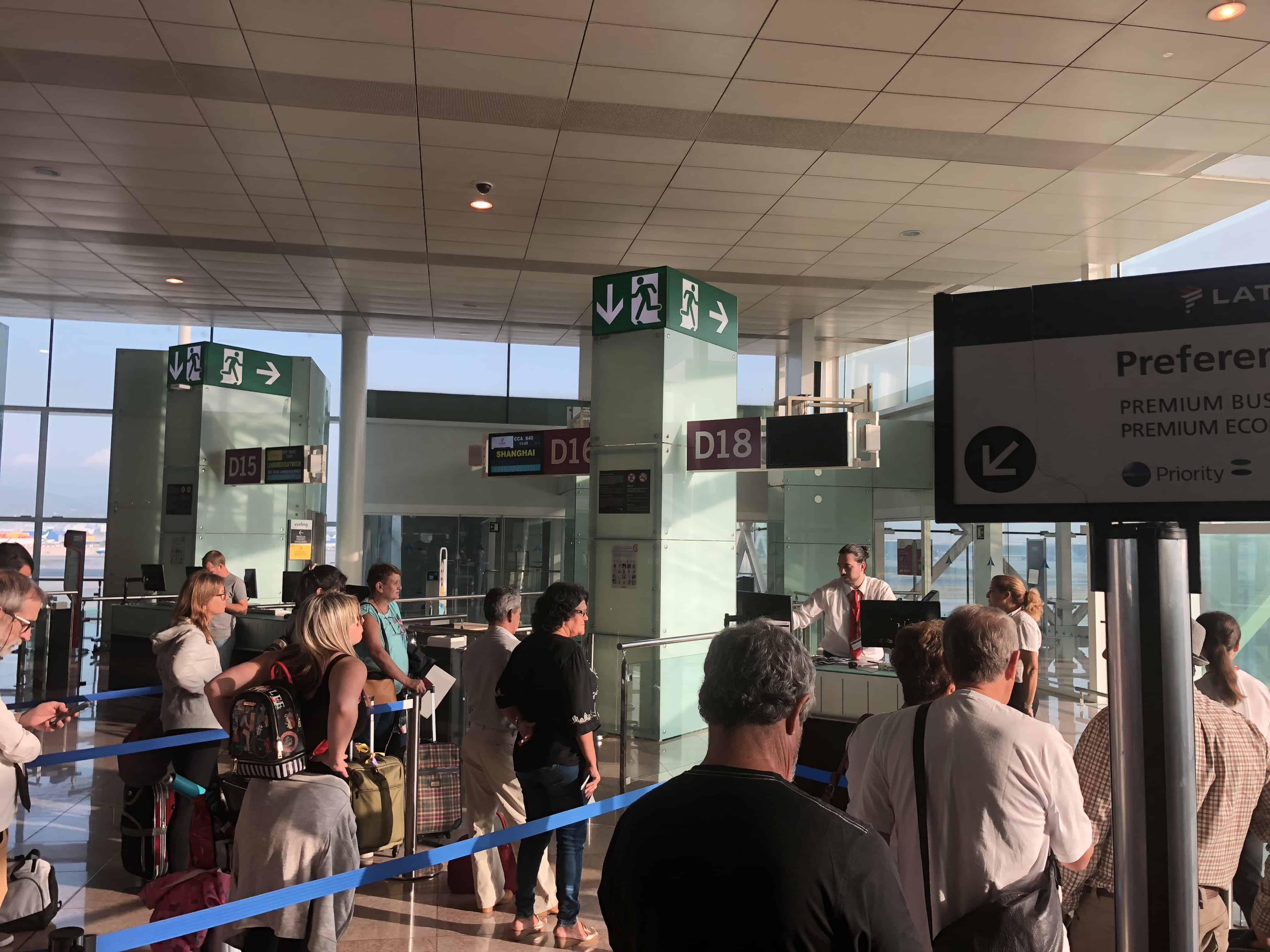 Schlange vor dem Gate D18, von dem aus der LATAM-Flug von Barcelona nach Sao Paulo starten soll.