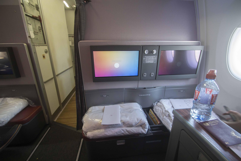 Blick auf die Fußablage und das In-Flight-Entertainment-System.