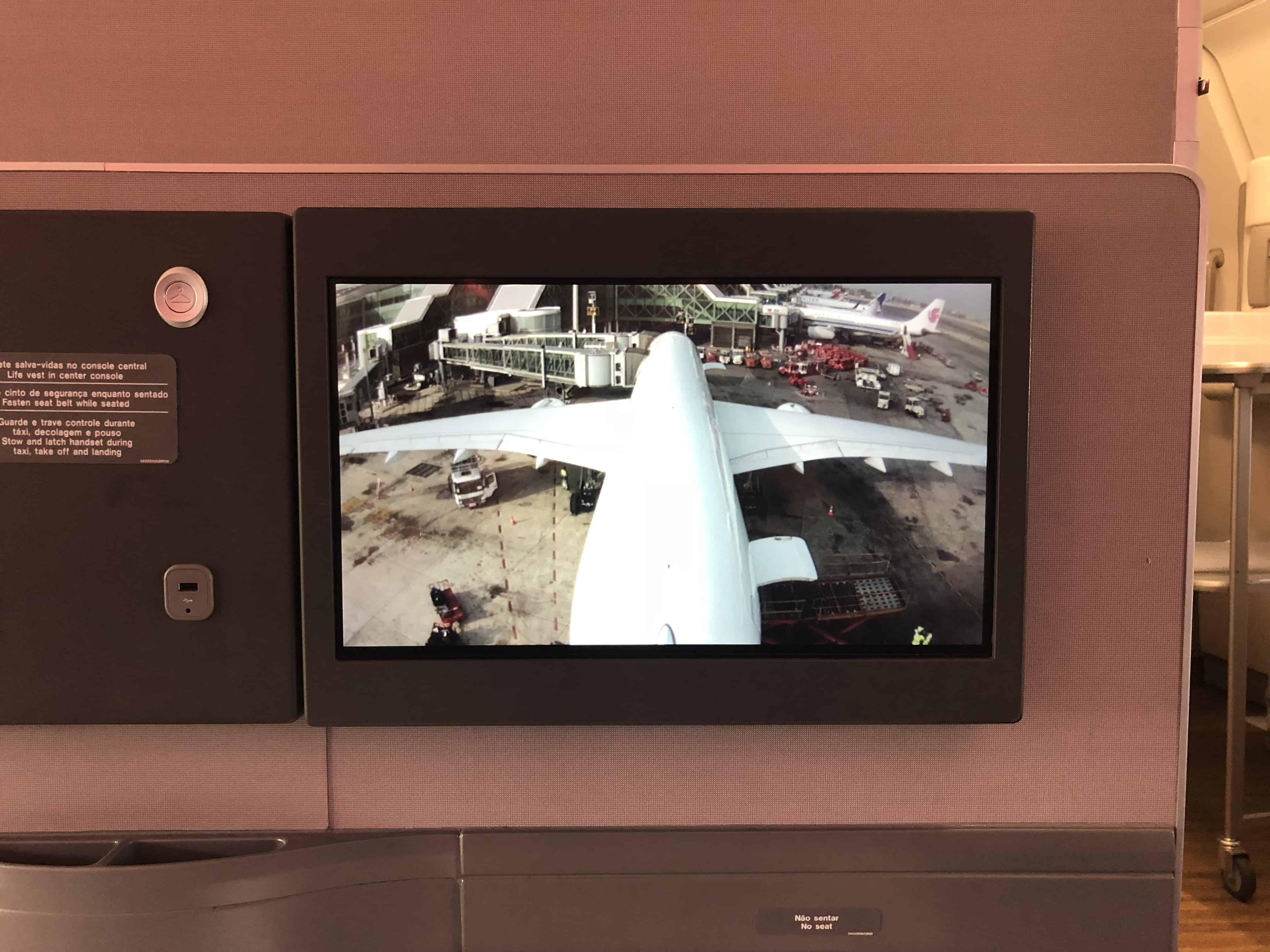 Auf dem In-Flight-Entertainment-System im Airbus A350 von LATAM kann man sich das Bild von drei Außenkameras anzeigen lassen.
