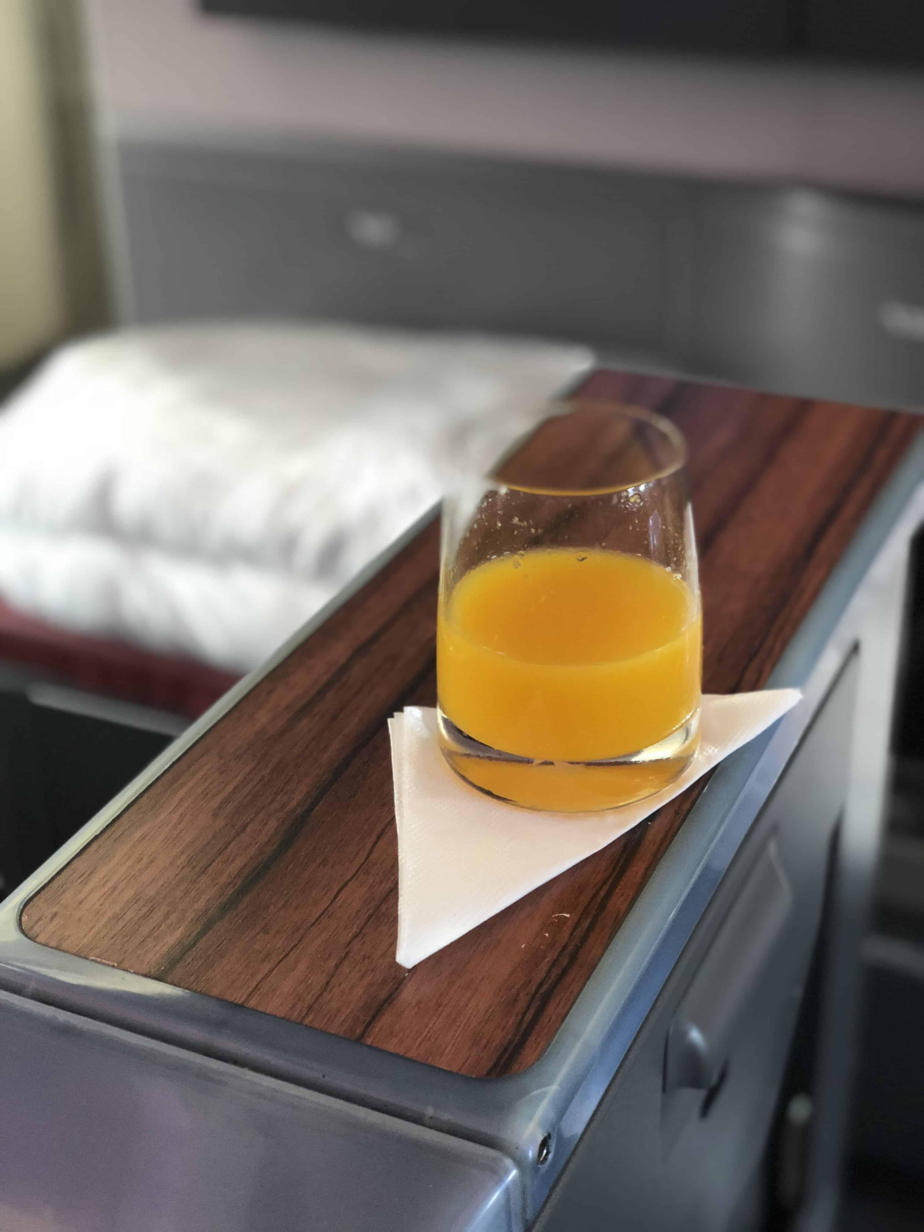 Zur Begrüßung wird in der LATAM Business Class ein Glas Orangensaft gereicht.
