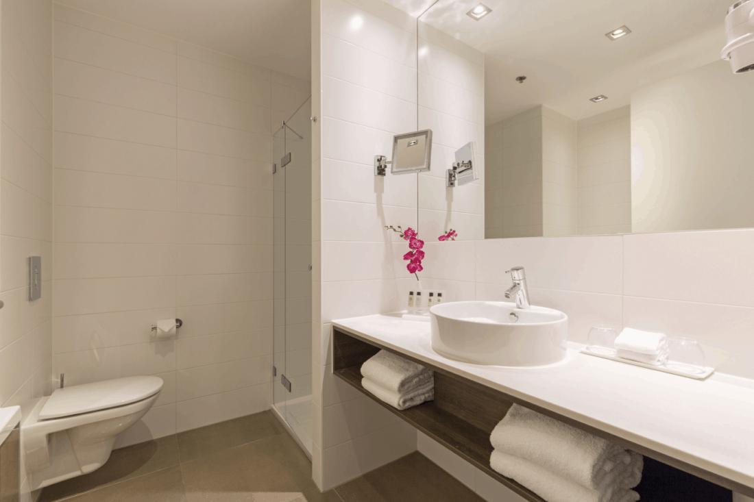 Leonardo Royal Den Haag Comfort Twin Room Badezimmer 1