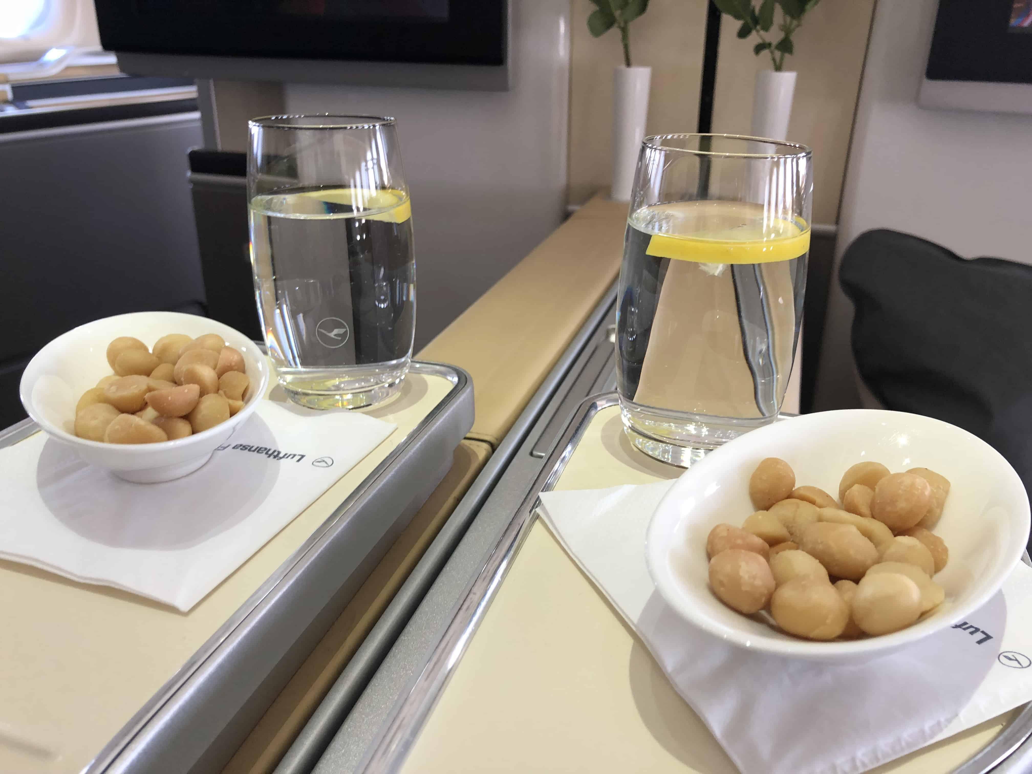 Lufthansa First Class Essen Nüsse