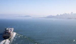 Schiff mit Skyline von San Francisco