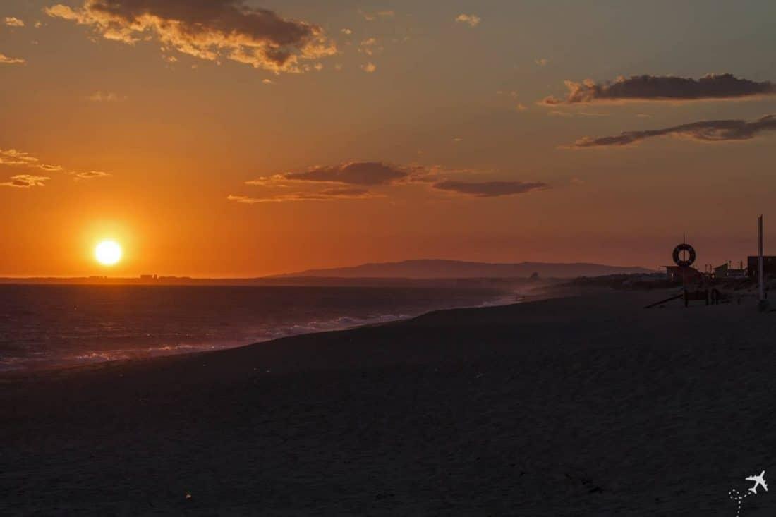Sonnenuntergang an der Praia de Faro, Portugal