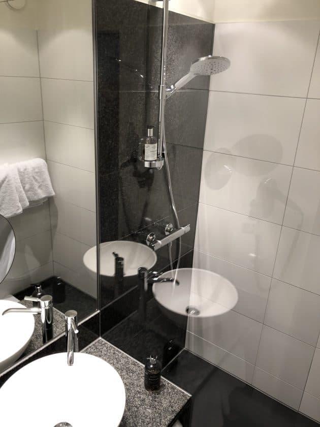 Motel One Nuernberg Plaerrer Zimmer Dusche