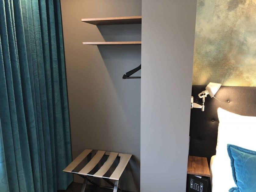 Motel One Nuernberg Plaerrer Zimmer Garderobe