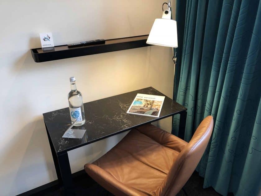 Motel One Nuernberg Plaerrer Zimmer Schreibtisch 2