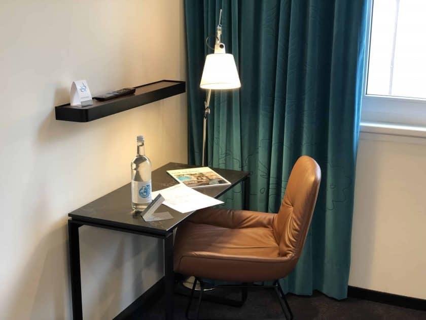 Motel One Nuernberg Plaerrer Zimmer Schreibtisch