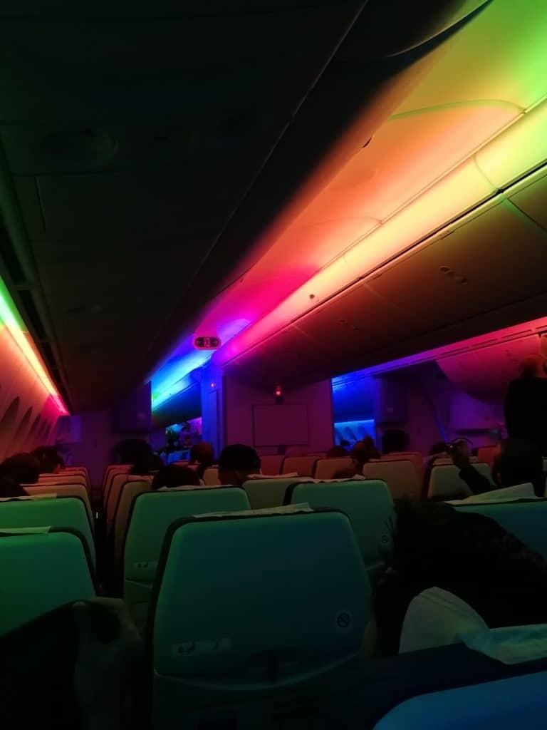 Regenbogen-Beleuchung im Scoot Dreamliner