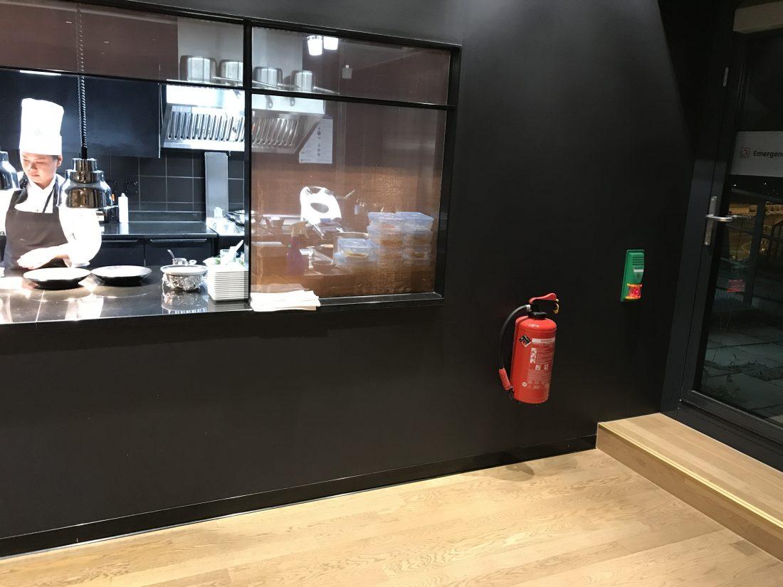 Swiss First Class Review Lounge A Gates Offene Küche