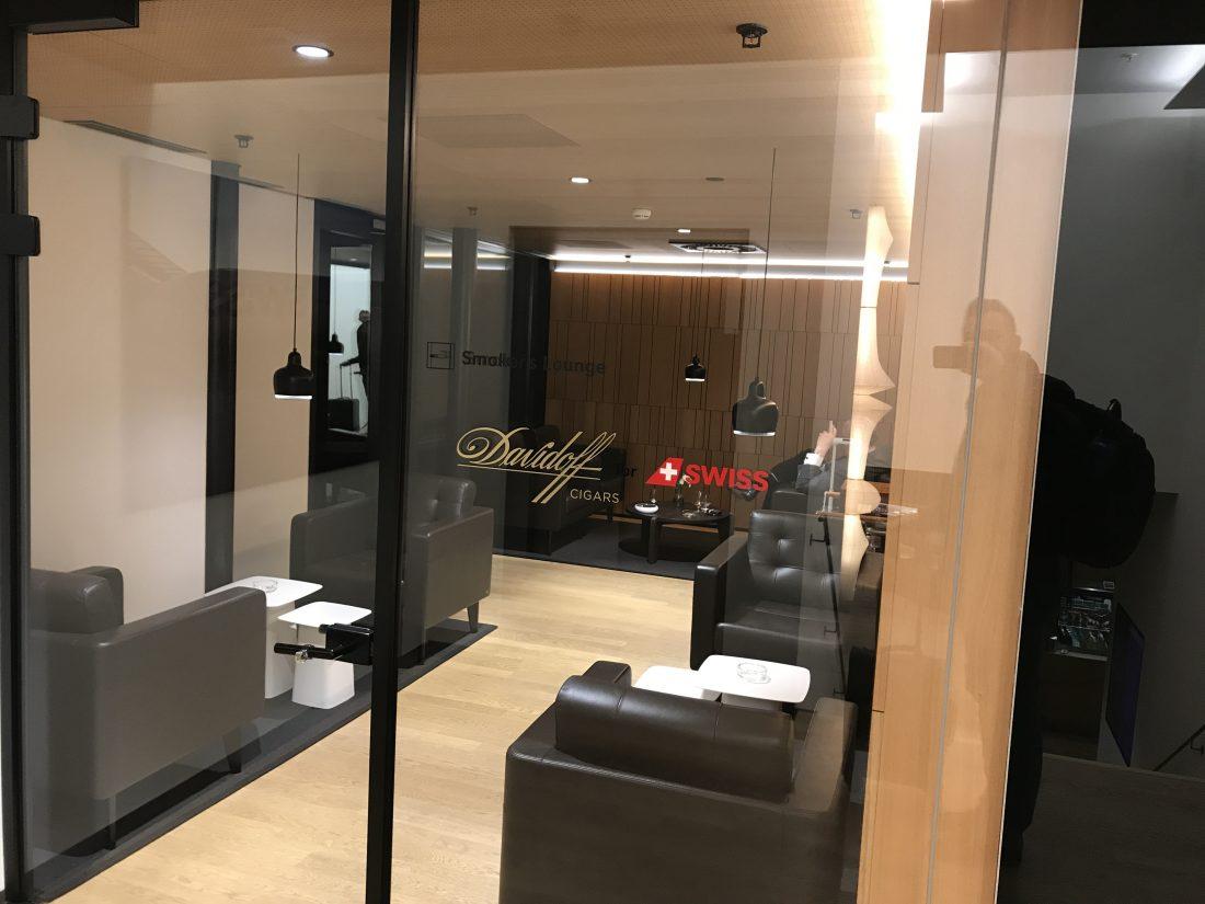 Swiss First Class Review Lounge A Gates Raucherraum