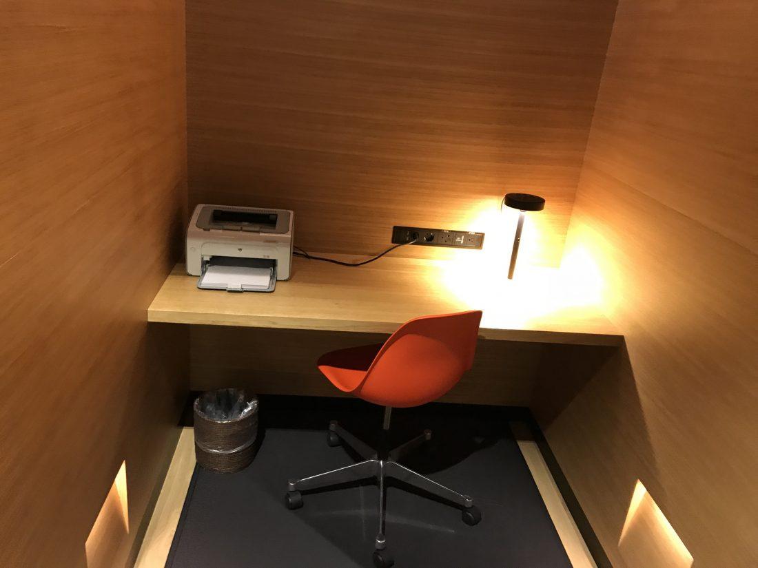 Swiss First Class Review Lounge A Gates Schreibtisch
