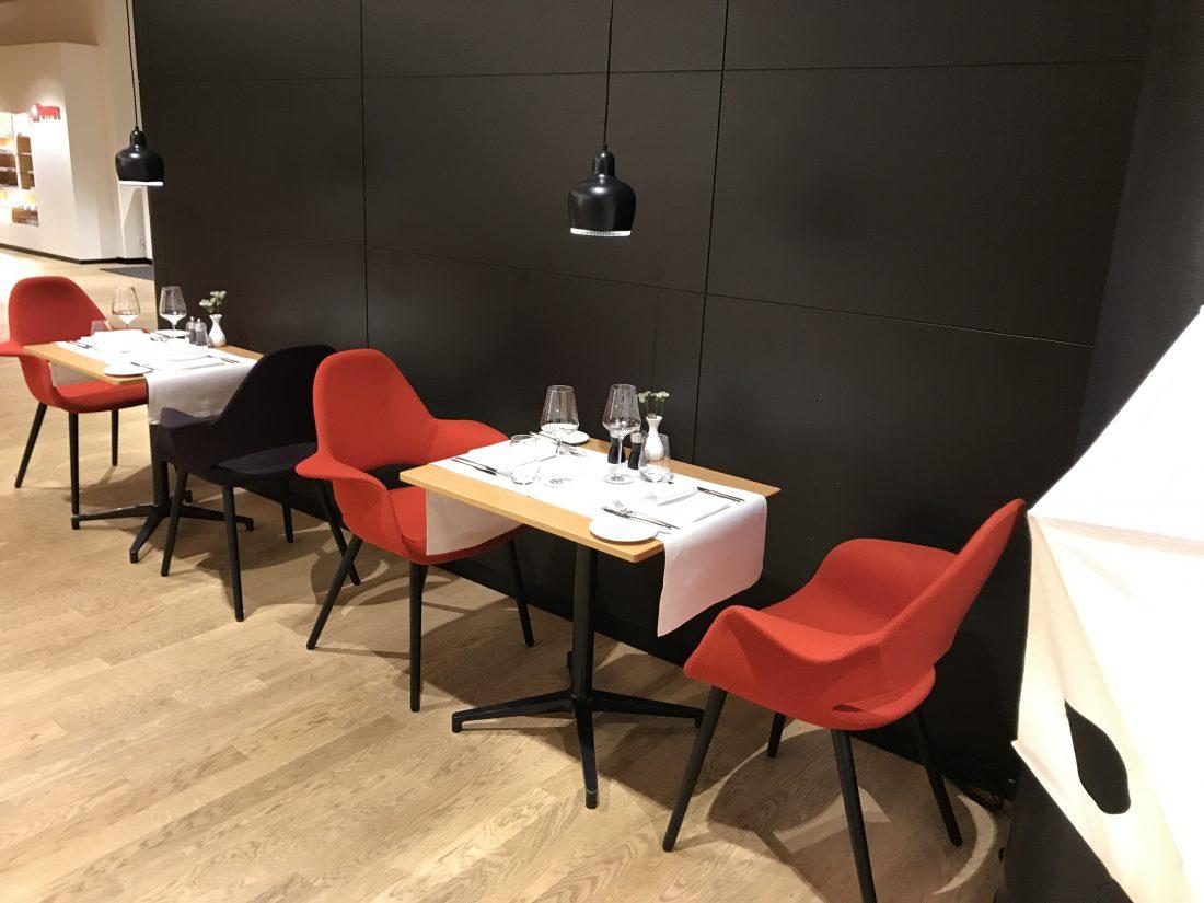 Swiss First Class Review Lounge A Gates Sitze wie im Restaurant