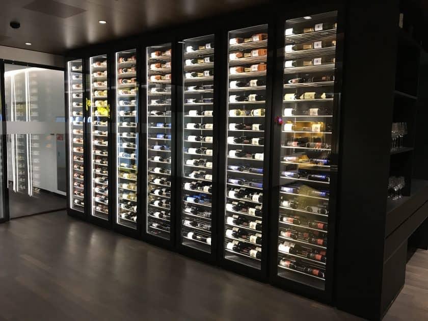 Swiss First Class Review Lounge E Gates Weinauswahl