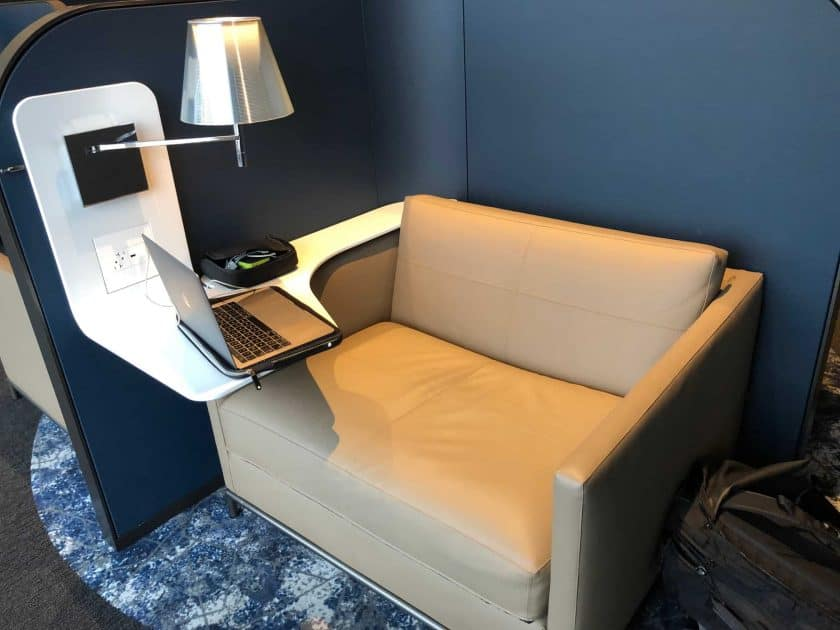 United Polaris Lounge IAH Sessel Frontal