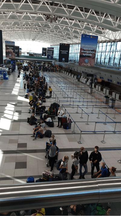 Warteschlange am Flughafen Ezeiza