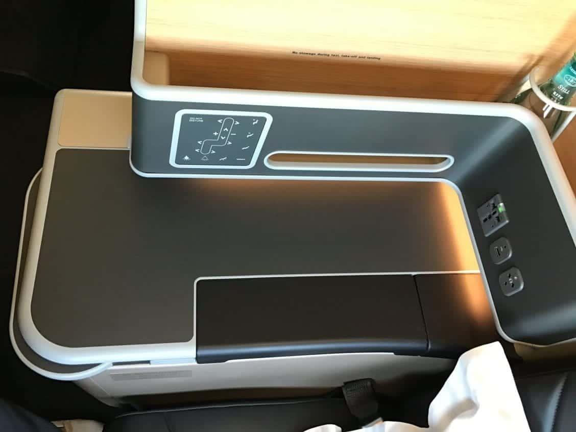 Qantas Airbus A330-200 Business Suite Ablage